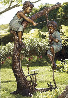 Merveilleux Bronze Garden Statue Of Two Young Boys Climbing A Tree.