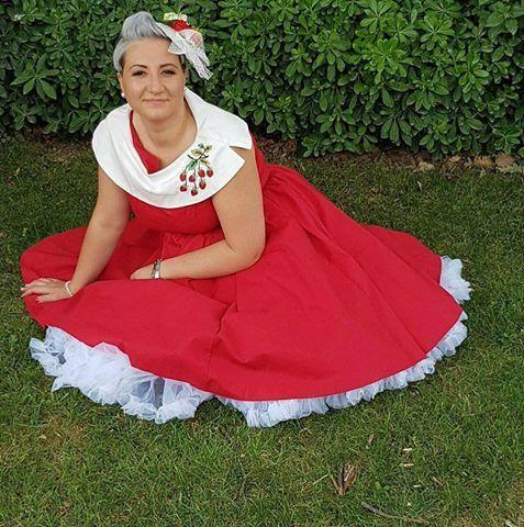 eb9bea5fee Flora Marivittori...ha incontrato questo abito rosso con le graziose ...