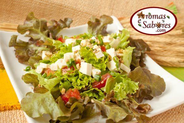 Aromas e Sabores: Salada de folhas com queijo minas, tomate e castanha