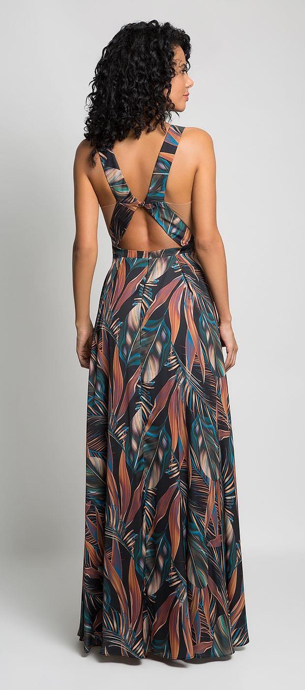 92c1213a81 Vestido longo de cetim estampado em temas florais. Decote alto e recortes  na cintura que