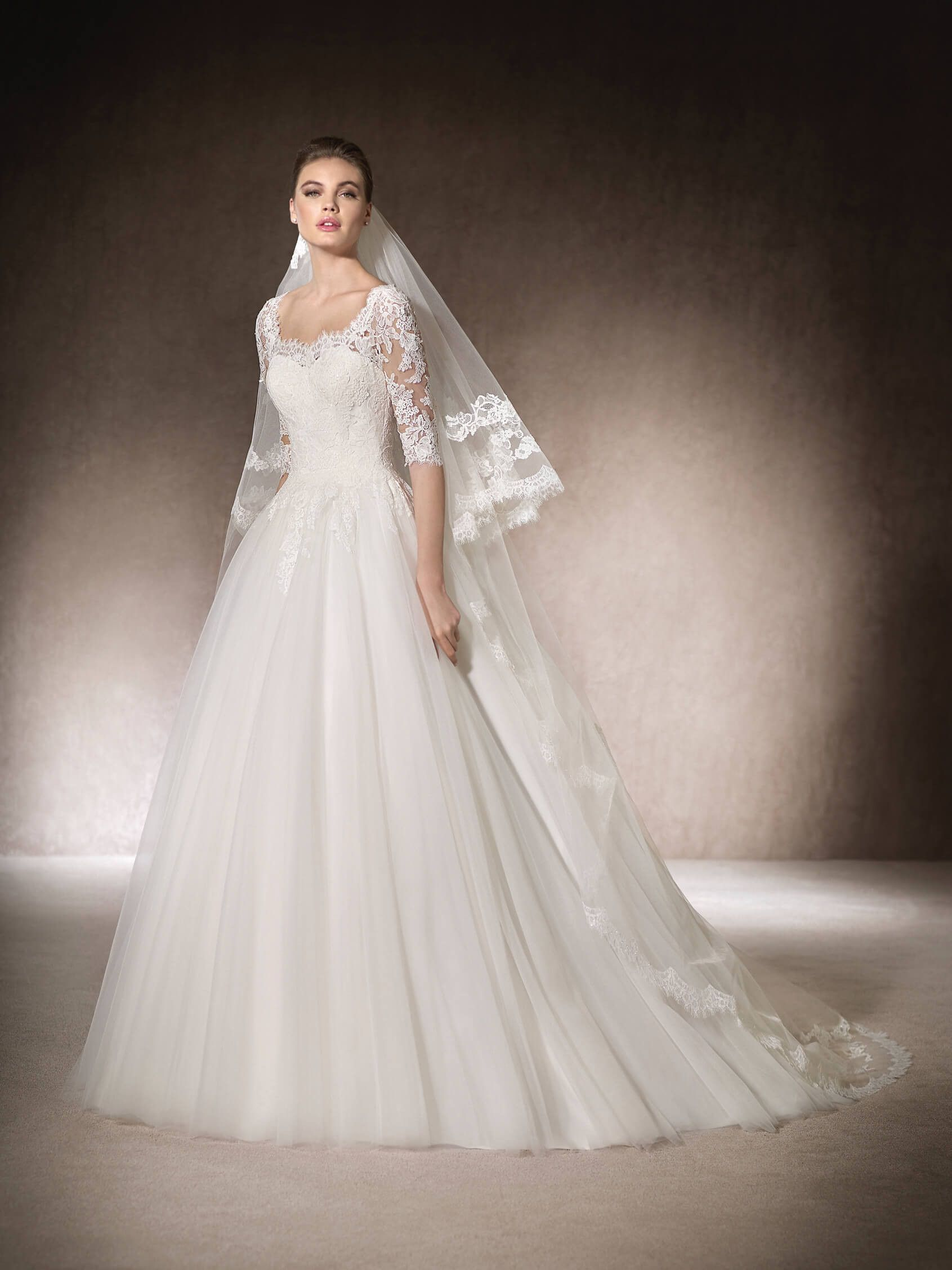 The macarena princess wedding dress has a square neckline