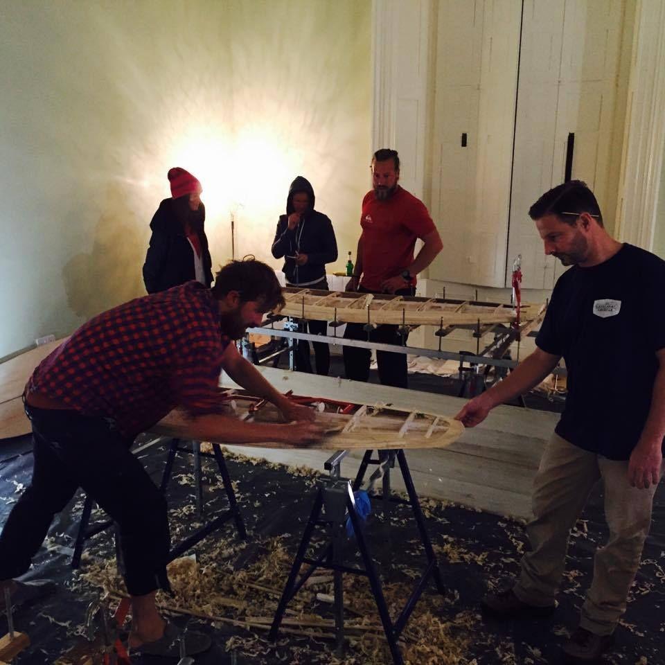 Nachtschicht in unserer Boardbau-Werkstatt....mit voller Motivation wird nach Yoga-, Surfsession und Drei-Gänge-Menü noch fleißig gewerkelt!  Sogar Chef Paul legt nochmal selbst Hand an...  #doityourself #irland2015 #driftwoodtravelling #arboboards #brettliebe