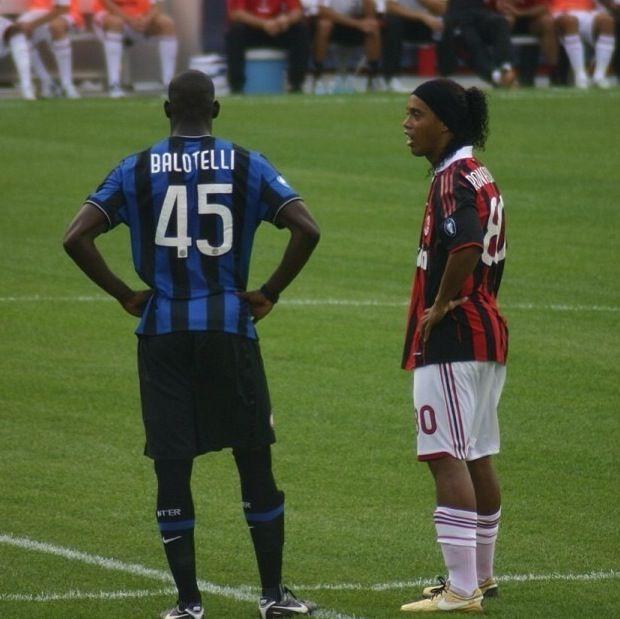 Ronaldinho And Balotelli Ac Milan Vs Inter Ac Milan Milan Soccer