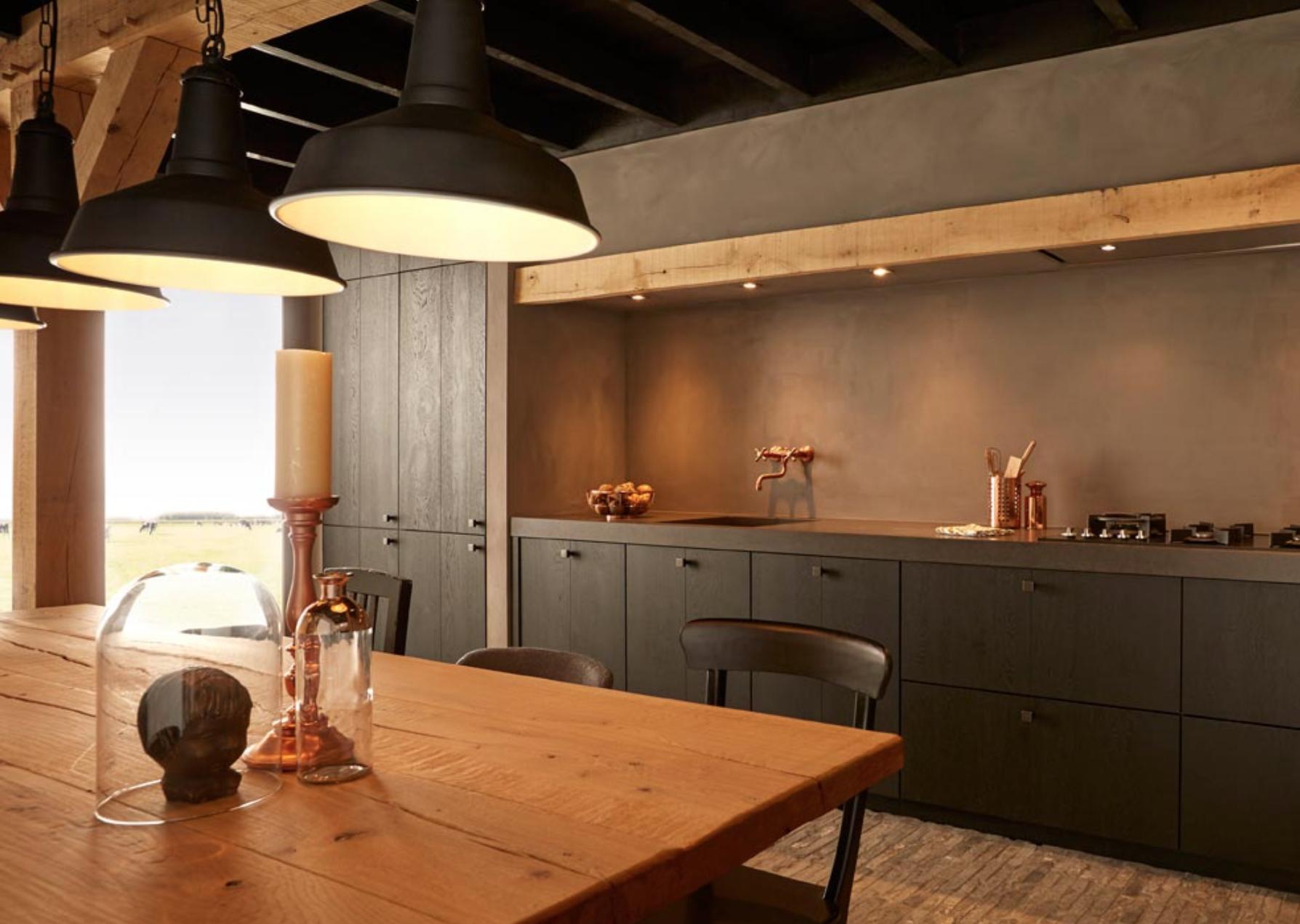 De details in deze zwarte keuken geven het geheel een bijzondere