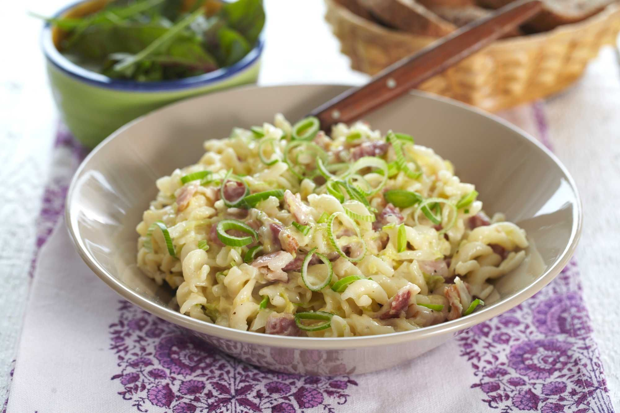 Denne oppskriften er en rask og god middagsrett i hverdagen. Sprøstekte baconterninger, kinakål og din favorittpasta med litt saus til, gir en vellykket middag for hele familien.