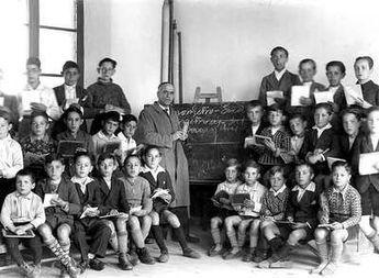 Bernardo Pérez, maestro fusilado durante la Guerra Civil, en la escuela de Fuentesaúco (Zamora) poco antes de 1936 | Edición impresa | EL PAÍS