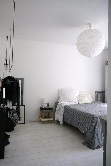 Beau Déco Chambre Scandinave Déclinée En Blanc Gris Et Noir. Peinture Mur Blanc  Mat, Dessus