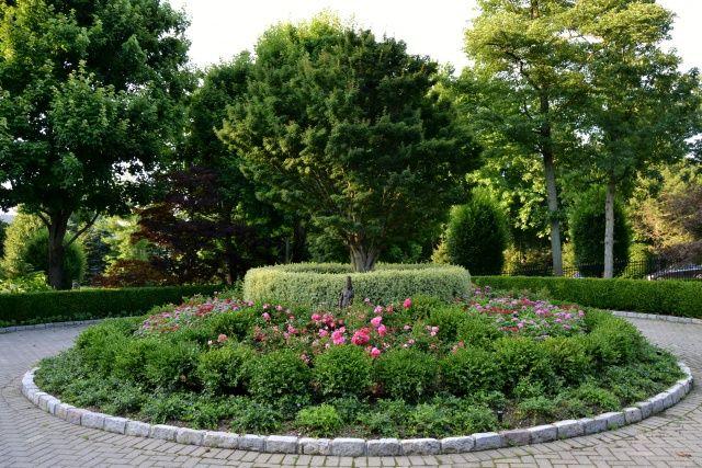 Pics photos of circular driveways circular driveway for Circular driveway landscaping pictures