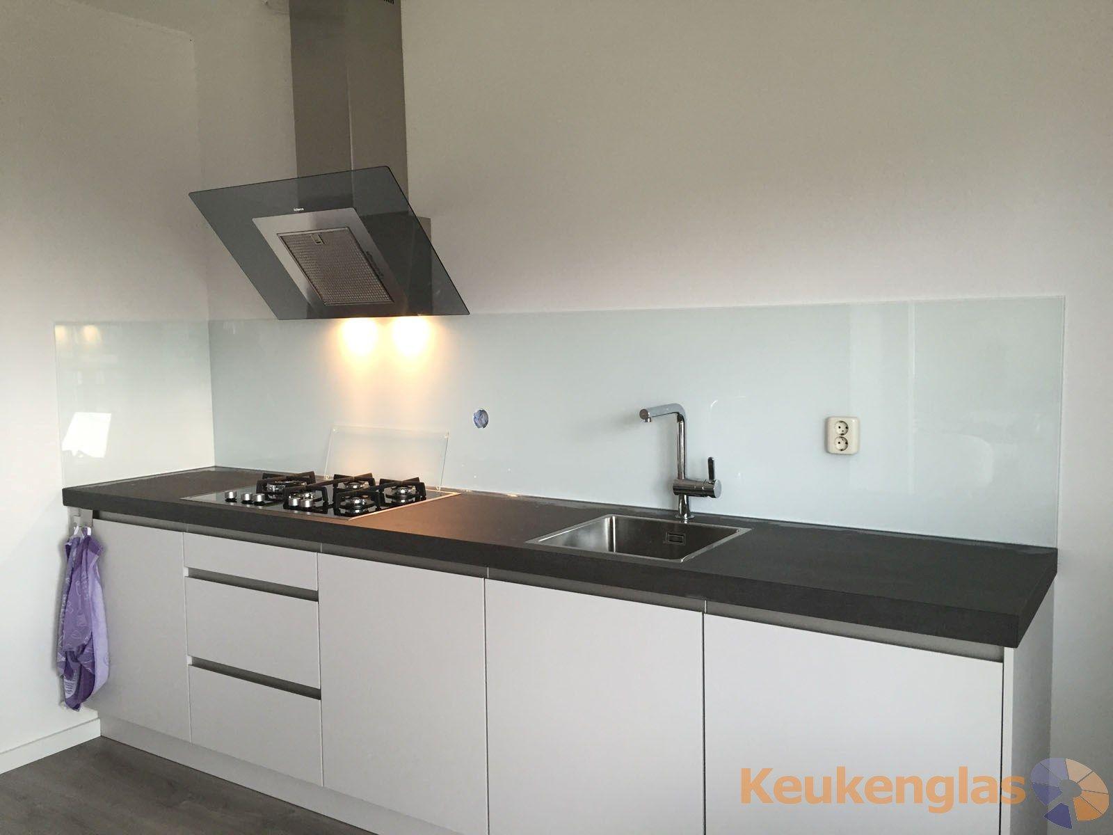 Glaswand Keuken Foto : Witte keukenwand van glas in ede küche splashback