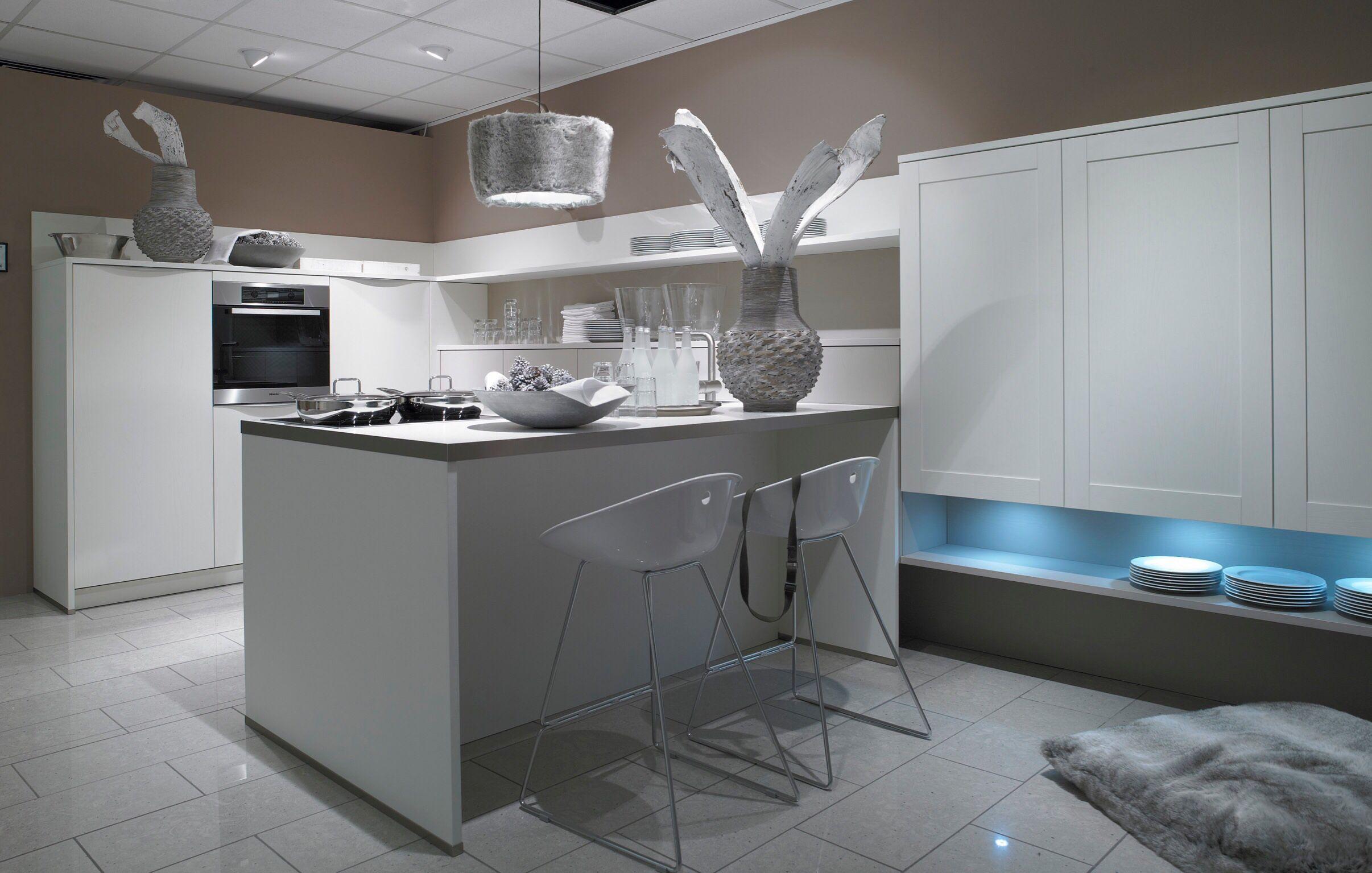cuisine en #laque #blanche avec #eclairage #led. votrere