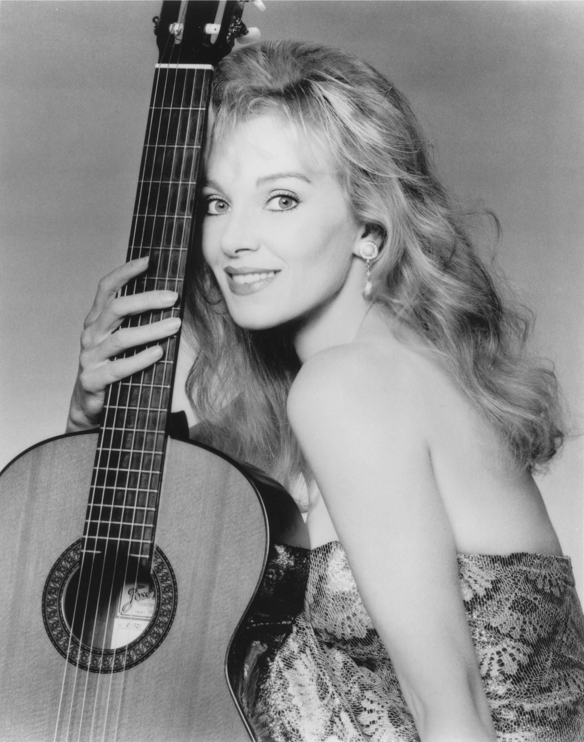 liona boyd classical guitarist my country 39 s famous people female guitarist guitar girl. Black Bedroom Furniture Sets. Home Design Ideas
