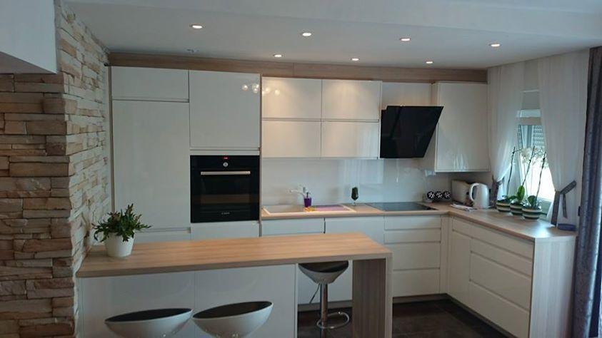 Dankuchen witte designkeuken gecombineerd met warme for Kuchen design studio hallstadt