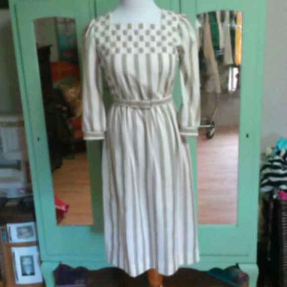 Leslie Fay Dress Adorable and refined, this Leslie Fay dress is perfect for day wear!  Color: cream / taupe Size: 6, true to size Condition: very good, minor piling Vintage Dresses Midi