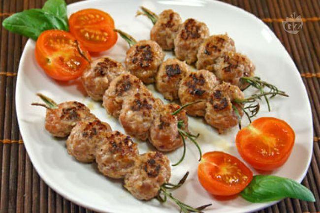 Gli spiedini di polpette  al rosmarino,fanno parte di quei secondi di carne che si preparano in modo semplice e veloce, anche all'ultimo momento.