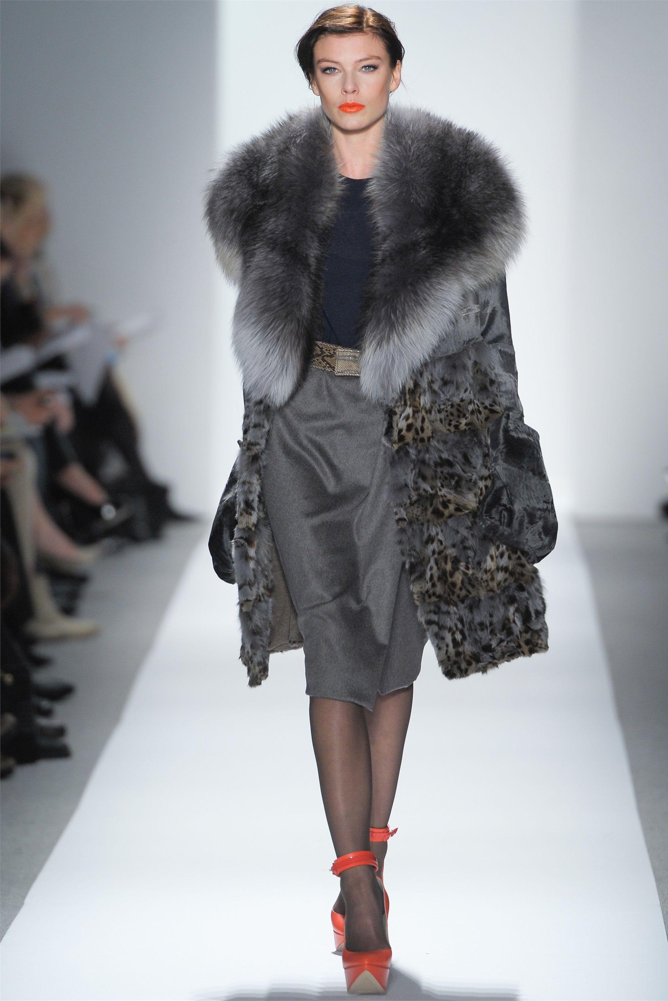 Guarda la sfilata di moda Dennis Basso a New York e scopri la collezione di abiti  e accessori per la stagione Collezioni Autunno Inverno 2012-13. 5b10dc95d07
