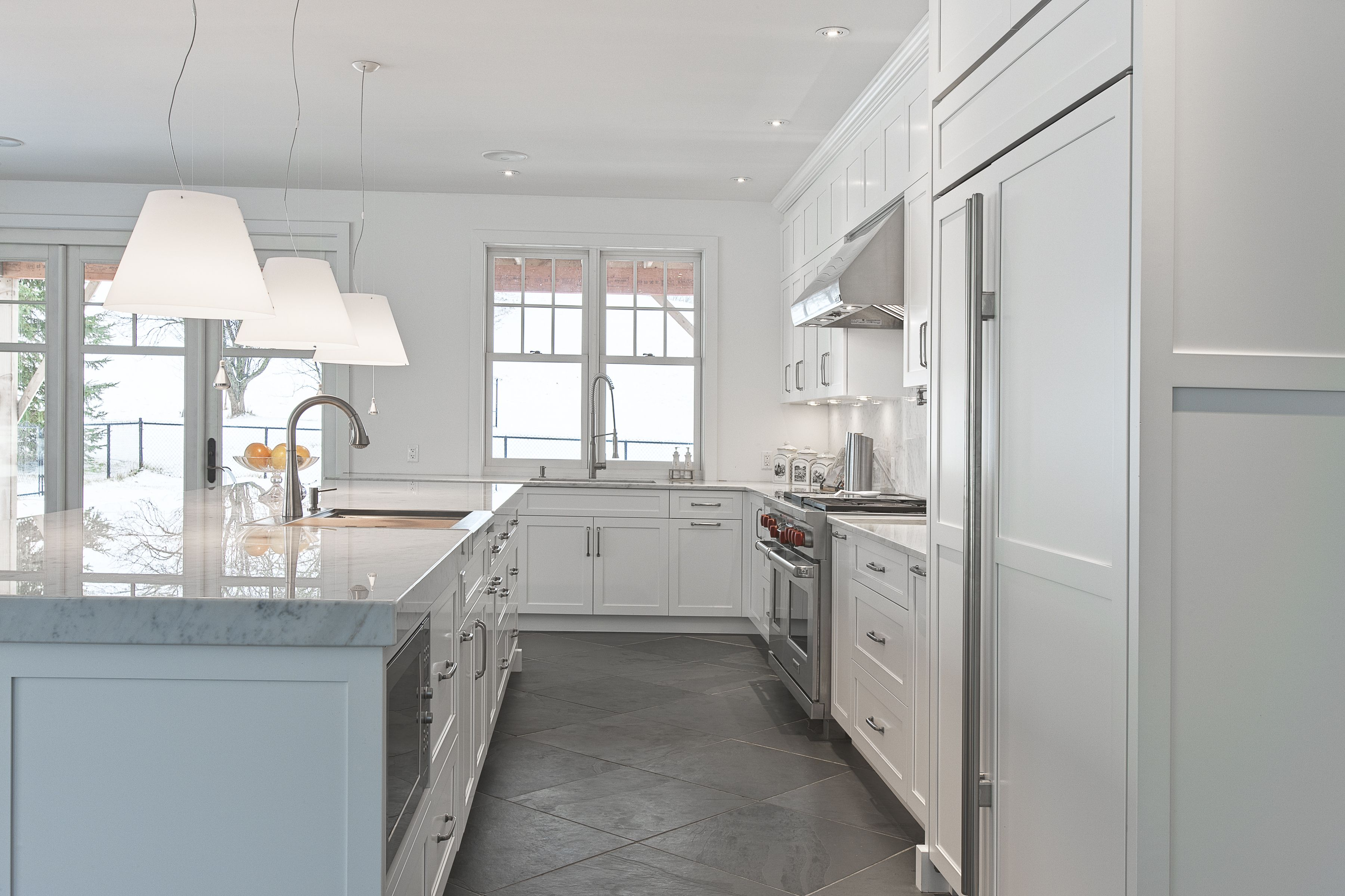 The Island In This Transitional Design Features Maple Cabinets With A Pure White Finish In Door 600 K Dea Kitchen Design Maple Cabinets Transitional Design
