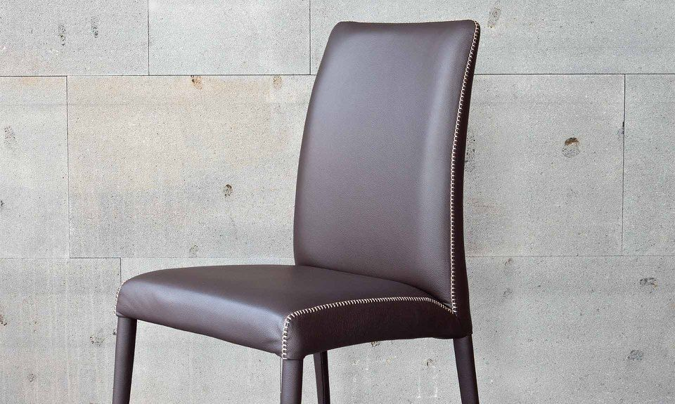 Sedia ergonomica bruna flex e una sedia ergonomica dallo