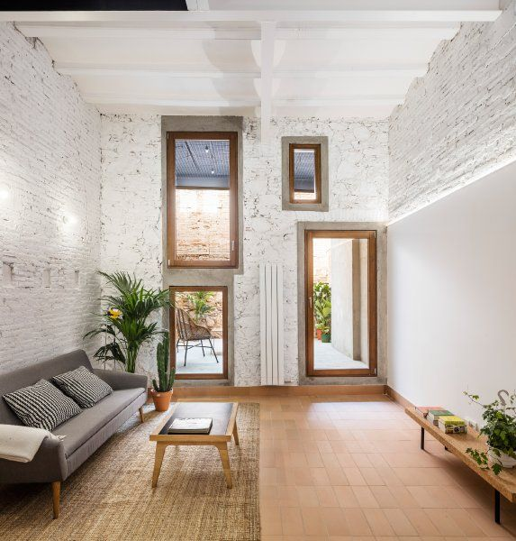 Die Terrakottafließen greifen den Farbton der Mauern im Innenhof auf ...