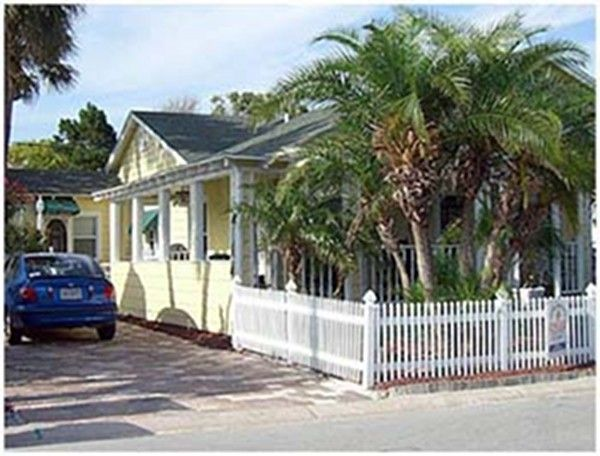Charming Old Florida Style With Beach Homeaway Clearwater Beach Beach Cottage Decor Beach Cottage Rentals Vacation Home Rentals