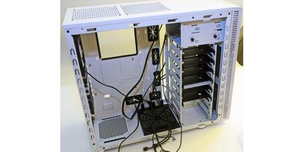 Fractal Designs Define R3 – ein Midi-Tower, gemacht, um einen relativ leistungsstarken PC zu beherbergen.Im Folgenden zeigen wir Ihnen in anschaulichen Bildern, wie Sie dem Kabel-Chaos in Ihrem PC Herr werden. Als Schritt-für-Schritt-Anleitung mit einem Beispiel-PC. Zusätzlich geben wir Ihnen weitere Ideen und Vorschläge an die Hand.