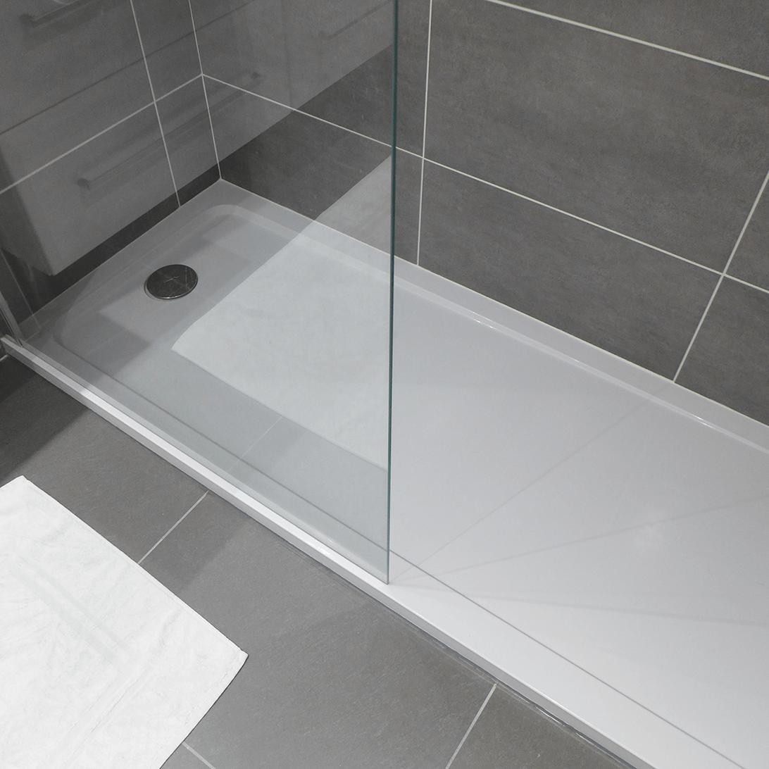 le receveur de douche extra plat blanc contraste avec le. Black Bedroom Furniture Sets. Home Design Ideas