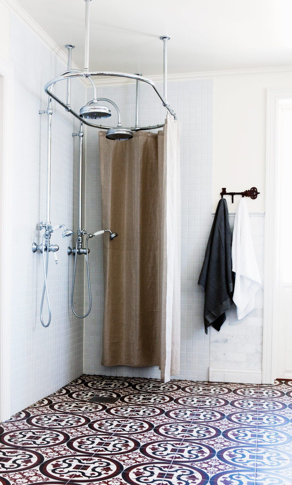 Dual Exposed Shower Old Fashioned But Still Modern Inspiration Salle De Bain Decoration Salle De Bain Et Interieur Salle De Bain
