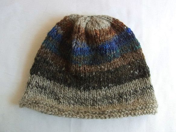 手紡ぎ糸で編んだニット帽です。平置きにするとつば部分が少し広がっていてように見えますが、かぶると広がりはほとんどなく、フィット感が少ないゆったりとしたデザイン...|ハンドメイド、手作り、手仕事品の通販・販売・購入ならCreema。