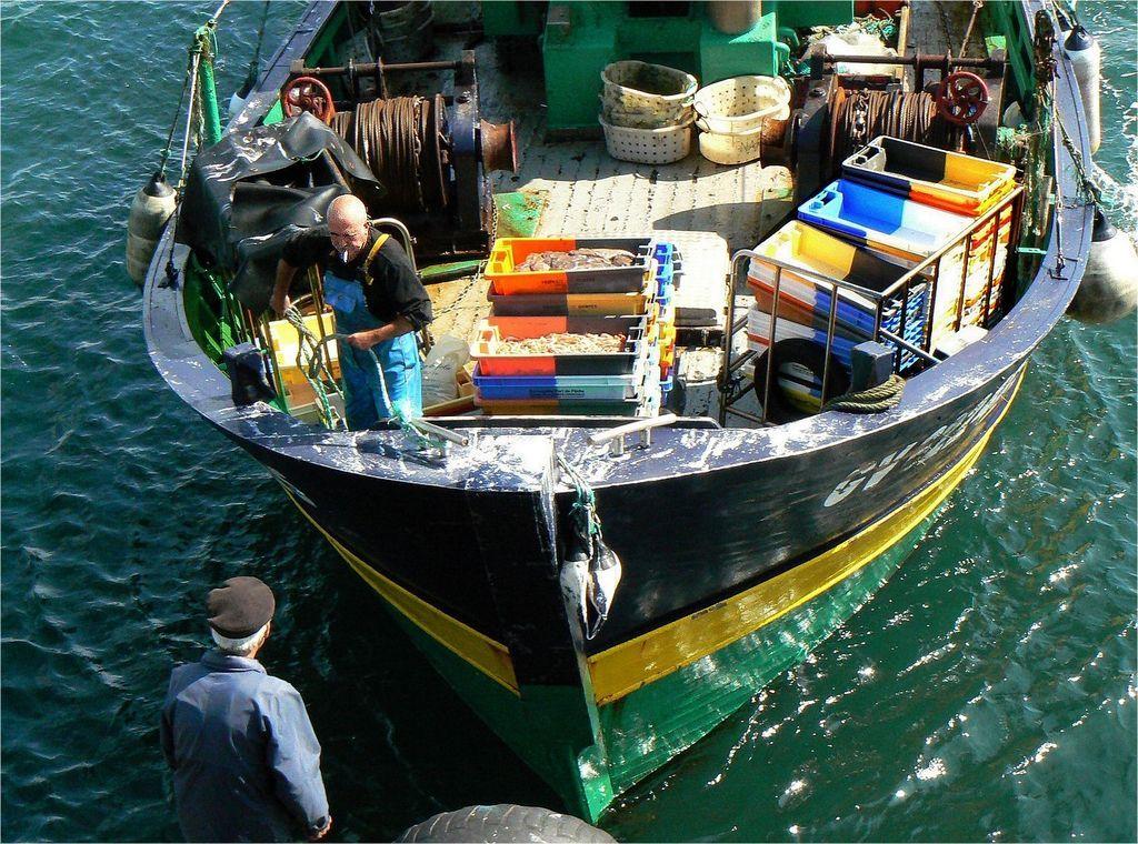 Les 25 meilleures id es de la cat gorie guilvinec sur pinterest coque bateau office tourisme - Peinture coque bateau ...