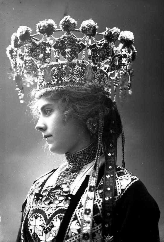 Норвегия 1870-х годов. Девушка в свадебном костюме и великолепном головном уборе, напоминающим сказочную корону.
