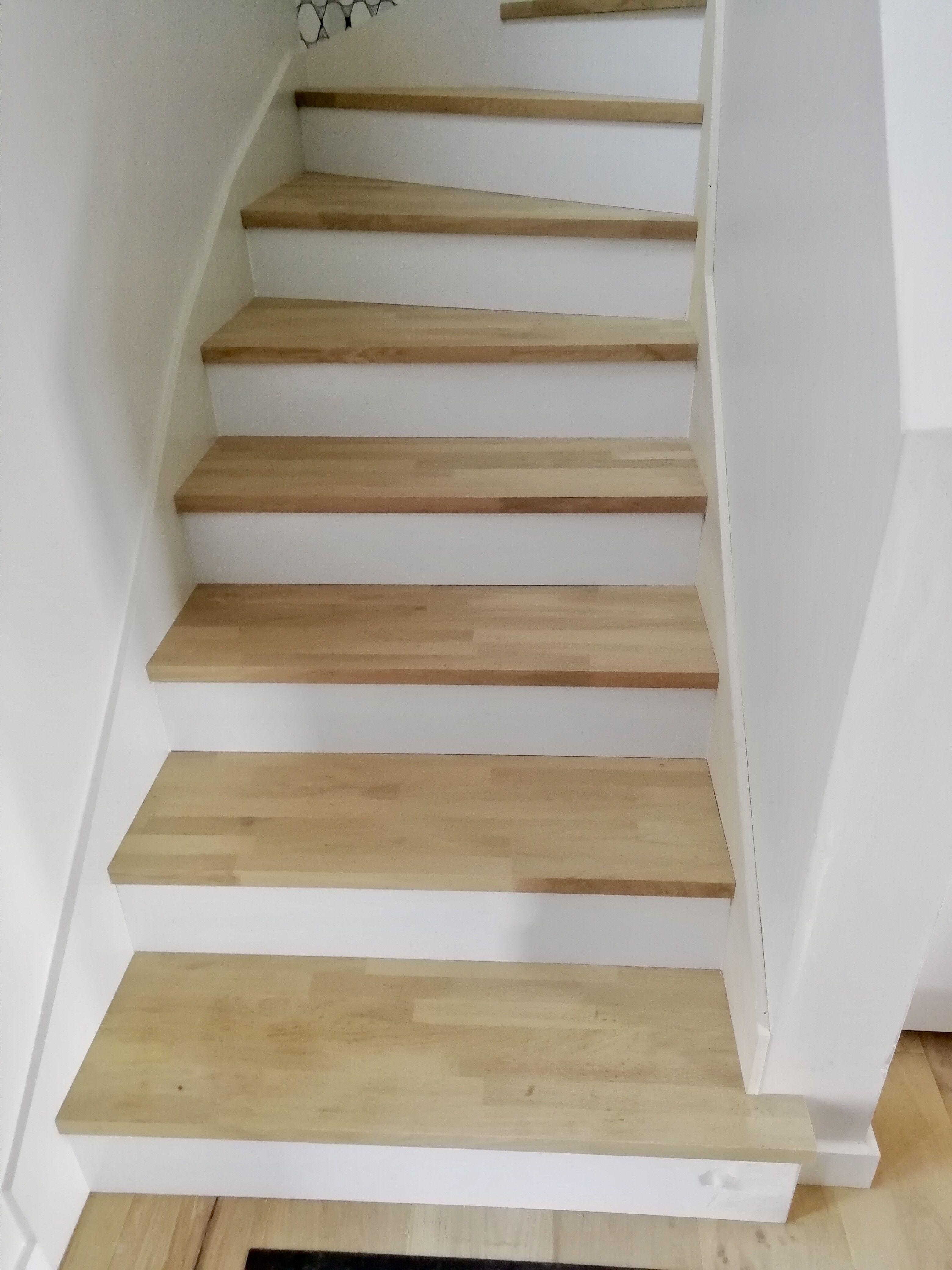 Habillage D Un Escalier Bois Avec Des Plateaux Massif Chene Lamelle Colle Recouvert D Un Fond Dur Pla Habillage Escalier Decoration Escalier Deco Entree Maison