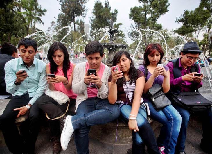 Jovenes adictos a los móviles y a las redes sociales