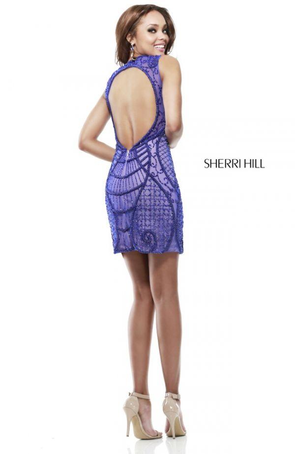 Espalda totalmente descubierta en este modelo de Aherri Hill ...