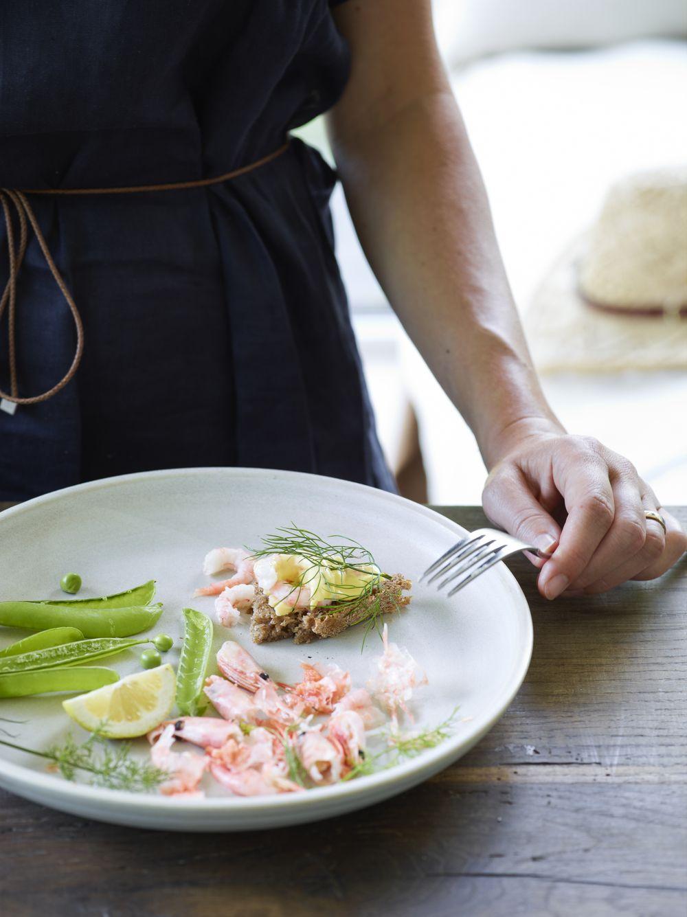 Trash cooking. Shrimps, peas, summer. Stine Christiansen & Mette Helbæk.
