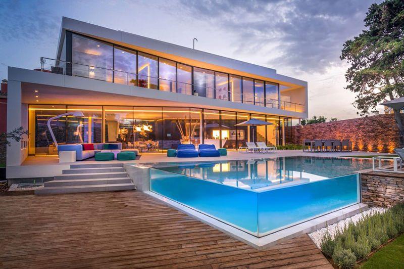 Linda casa com piscina de borda transparente piscinas - Piscinas para casas ...