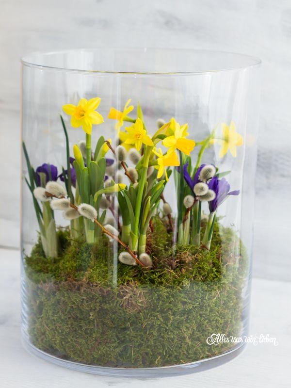 tulpen in einem gro en glas als hingucker in der deko. Black Bedroom Furniture Sets. Home Design Ideas