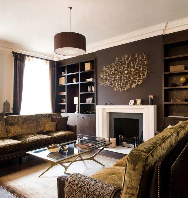 un mur marron sombre et une deco murale de couleur or dans le salon