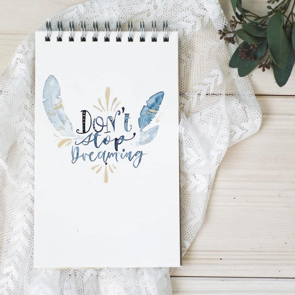 Dont stop dreaming - Träume sind so etwas wertvolles - sie bringen  uns an unsere Grenzen, setzen Ziele und bringen uns voran. Deshalb: träumt, was das Zeug hält, seid kreativ und macht was aus eurem Leben 💕 (Werbung) . . . . #brushlettering #lettering #handlettering #letterlove #letteringcollective #lettern #belettert #schönschrift #Handschrift #handmade #letteringlove #läddergäng #letterattack #lettercollectiveaustria #letteringcollective #watercolorillustration #watercolor #watercolorlove #