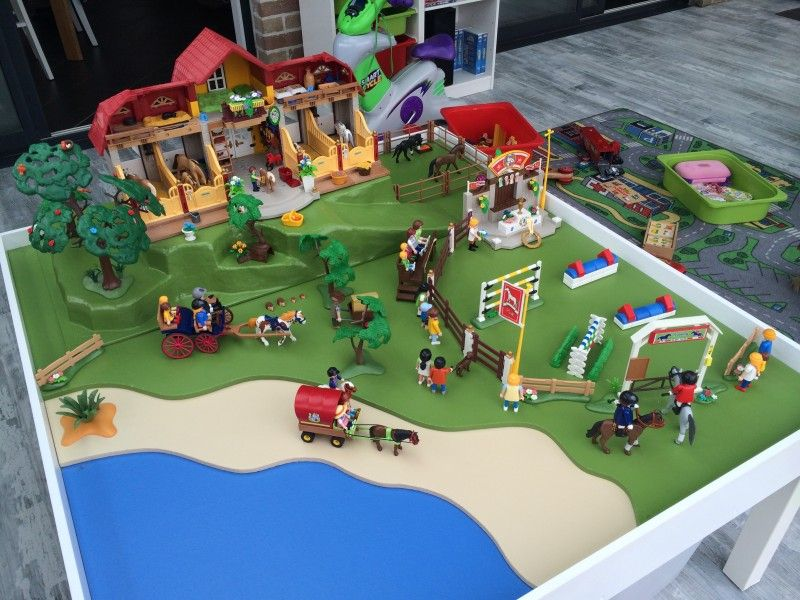 Une table de jeu playmobil avec lack playmobil ikea for Table playmobil