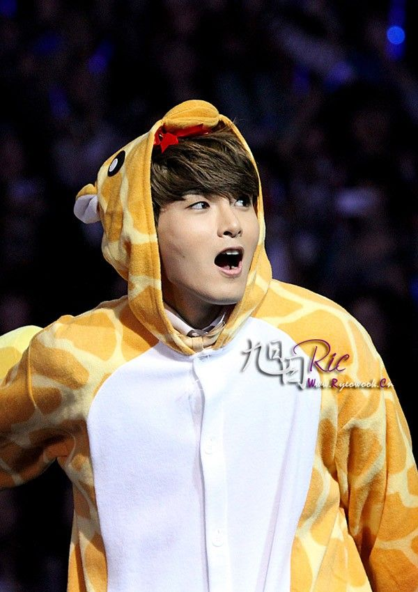 Ryeowook looks so cute in his Giraffe onesie :3 #RyeoWook ...