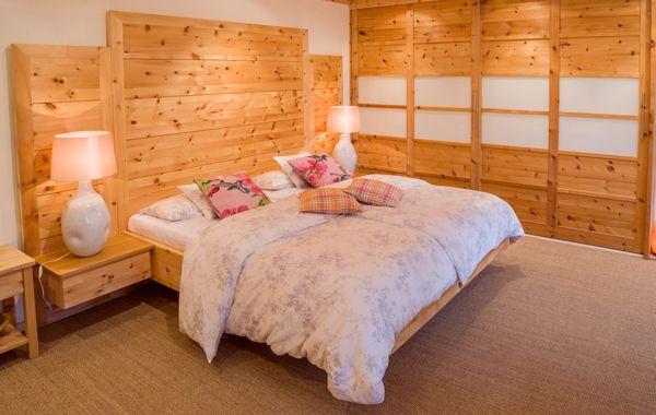 Zirbenbett, freischwebend mit großflächigem Kopfteil, dahinter - schlafzimmer kiefer massiv