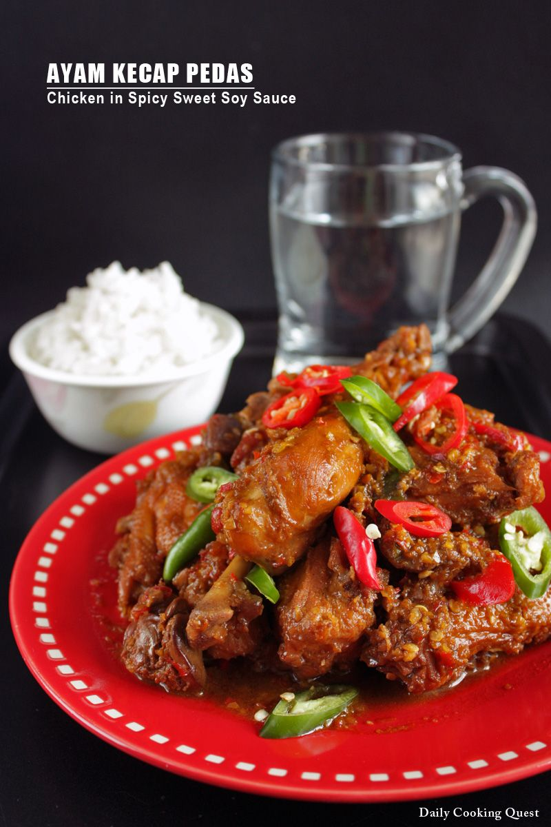 Ayam kecap pedas eli kanaa inkiväärisessä soijakastikkeessa, vähän kiinalaiseen tyyliin.