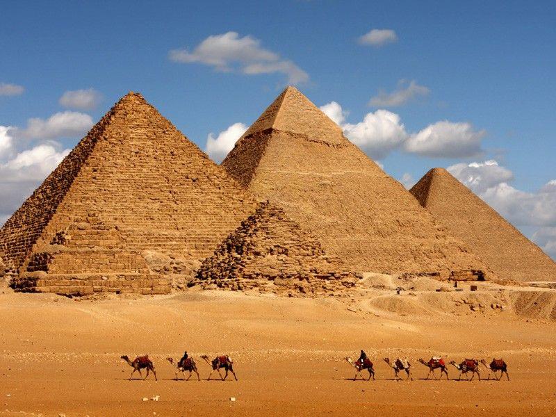La necropoli di Giza è situata nella piana di Giza, alla periferia del