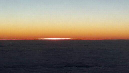 Bulutların üzerinde gün batımı. .
