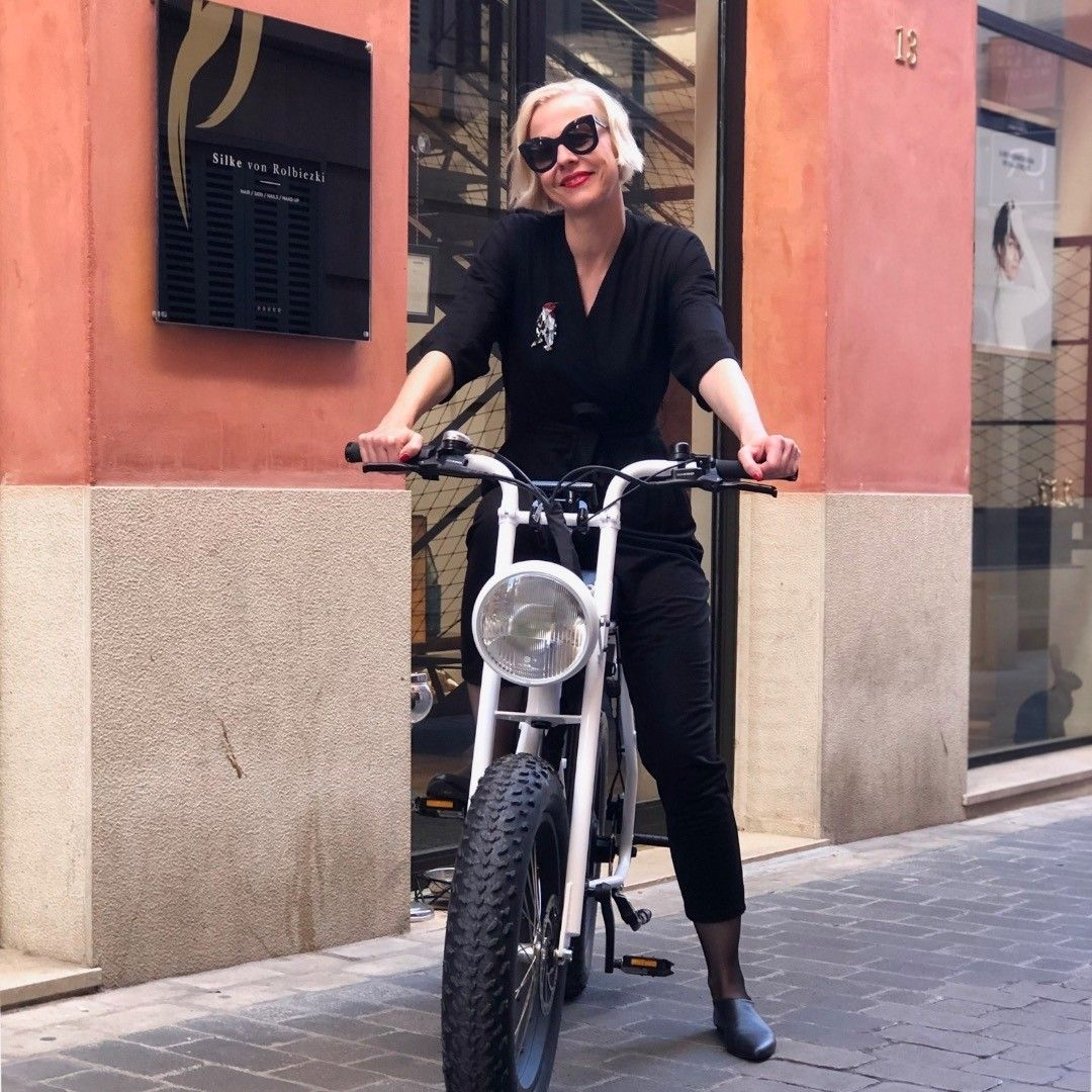 @silkevonrolbiezkisalon having a blast on her #unimoke in #palmademallorca! #palmabike #palmaonbike #urbandrivestyle #electricbike