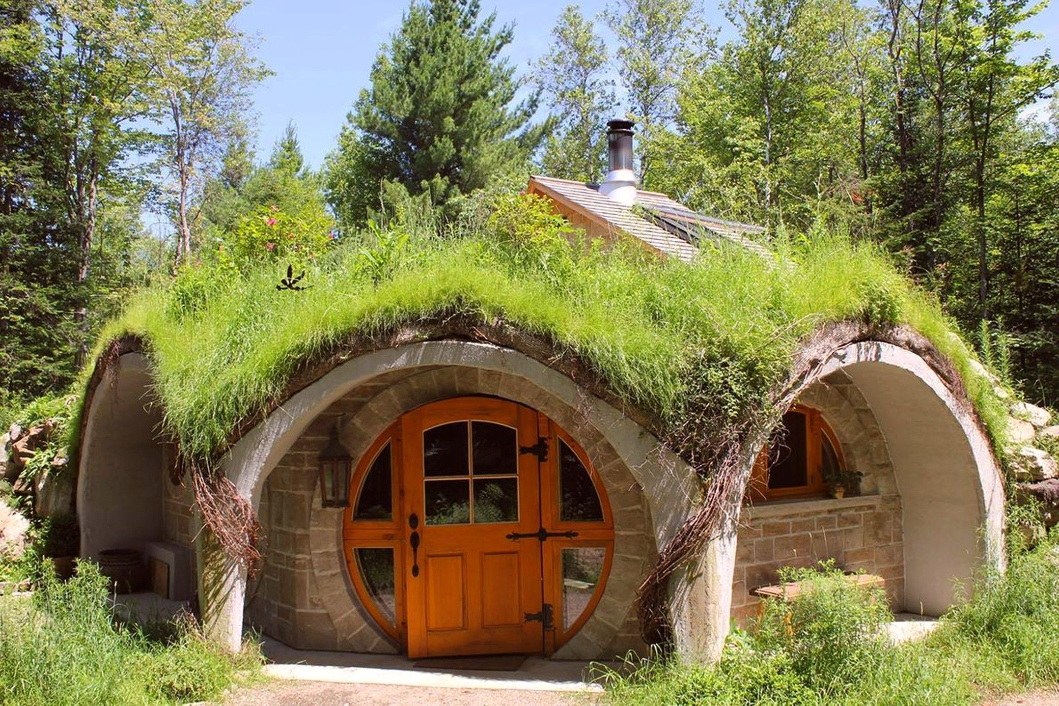 This Is Where You Can Visit A Genuine Hobbit House Arch2o Com In 2020 Hobbit House Earth Sheltered Homes Earth Homes