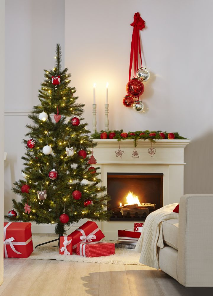weihnachten klassisch mit rot weisser dekoration bei. Black Bedroom Furniture Sets. Home Design Ideas