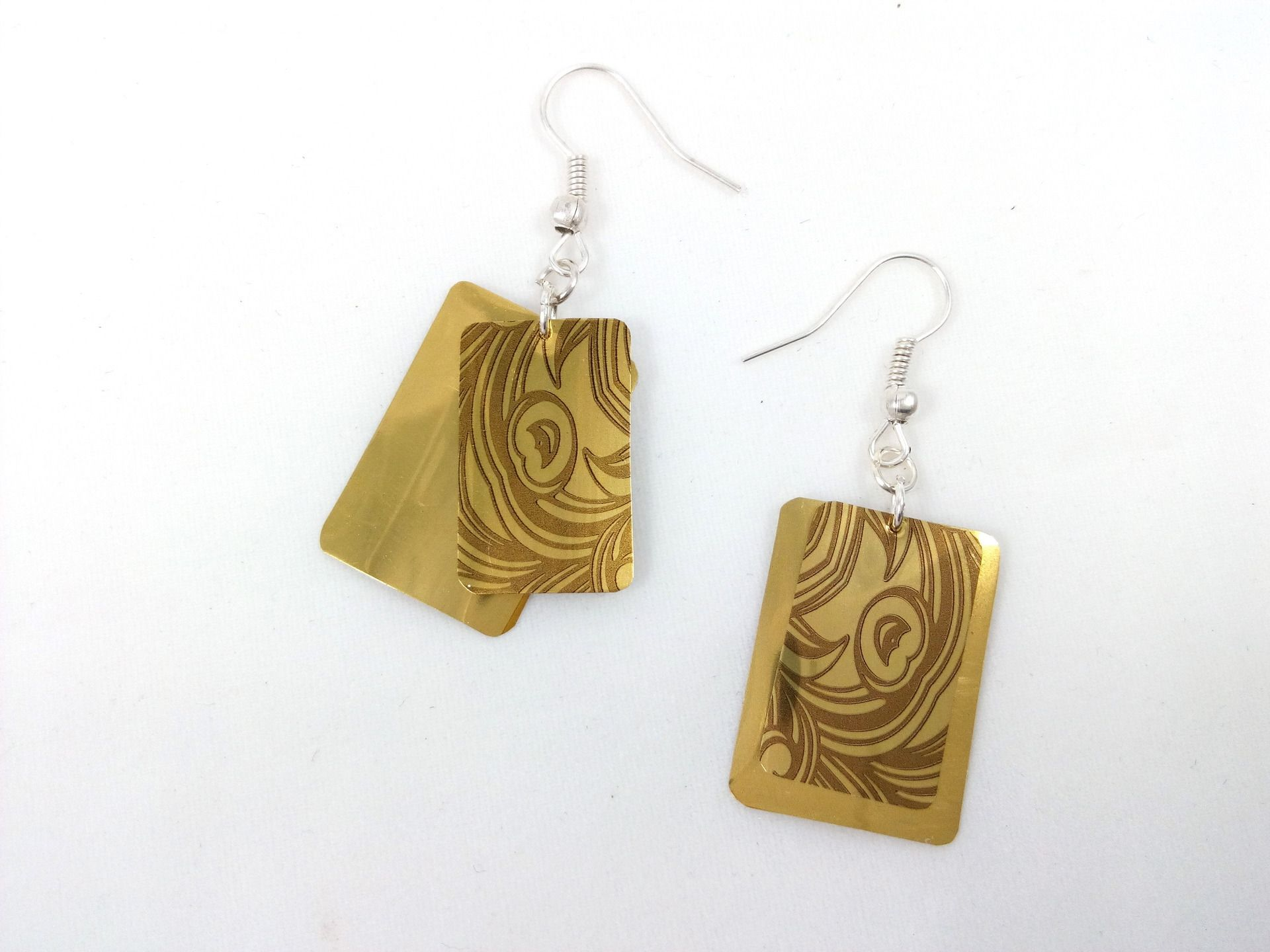Boucles d'oreille dorées à motif marron en cannette recyclée