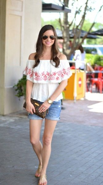 c6c36bbee3a7 Street style tip of the day  Shoulderless top