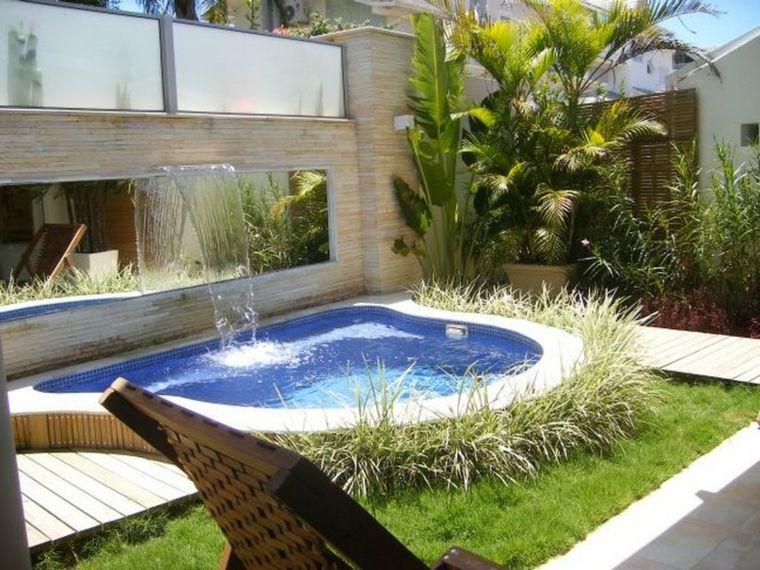 bonito jardn con una fuente en la piscina