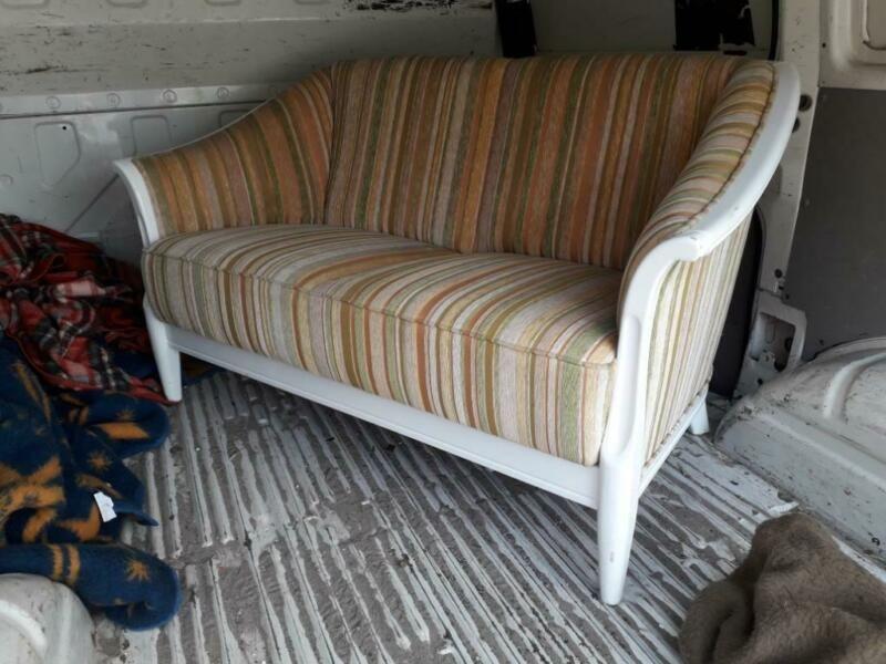 Schnuckliges 2er Sitzer Sofa Mit Holzgestell Und Schickem Bezug Auch Ruckseitig Masse 1 36 M Breit 0 76 M Tief Sitzhohe 0 2 Sitzer Sofa Sofa Sitzen